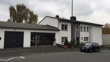 Ein Rendite-Konvolut: eine Wohnung mit Balkon, eine Souterrain-Wohnung, ein Ladenlokal mit Garage in Lüdenscheid